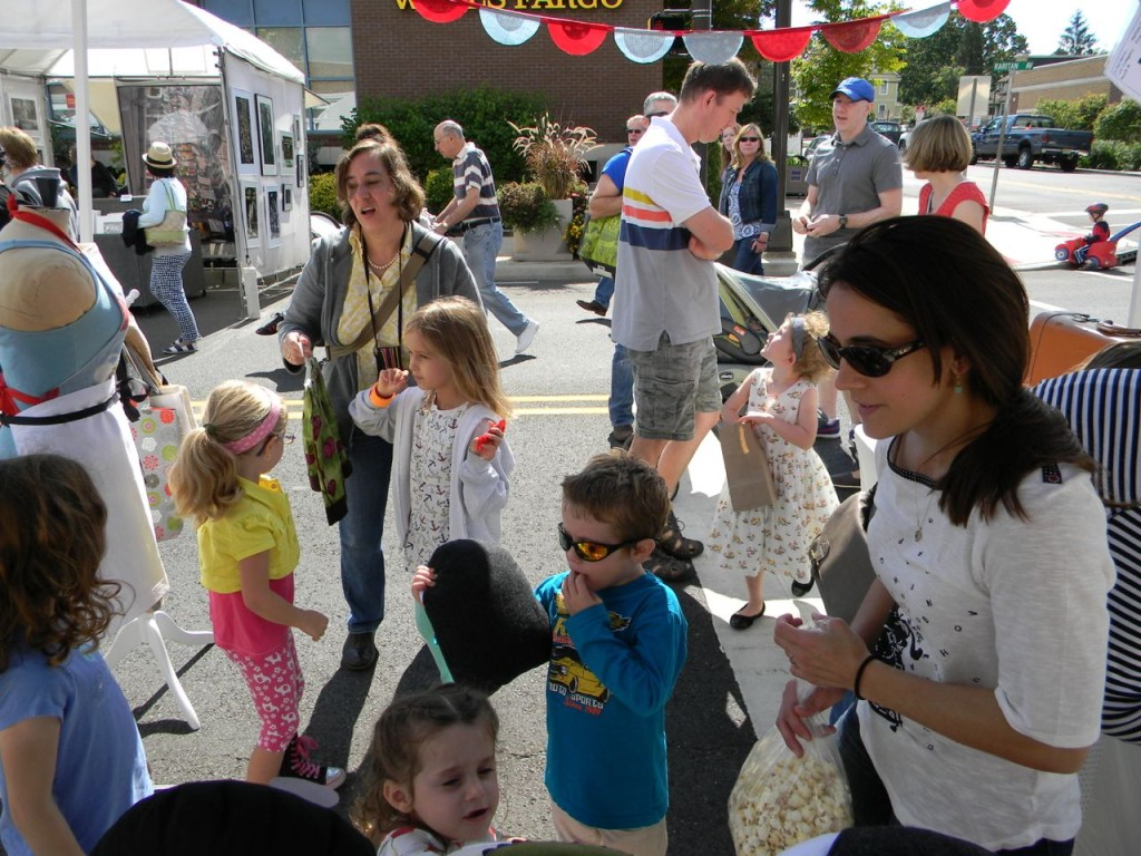 a happy stitch crowd at the arts fair